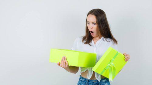Mujer con regalos de concurso de redes sociales