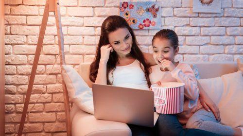 madre e hija viendo contenido audiovisual