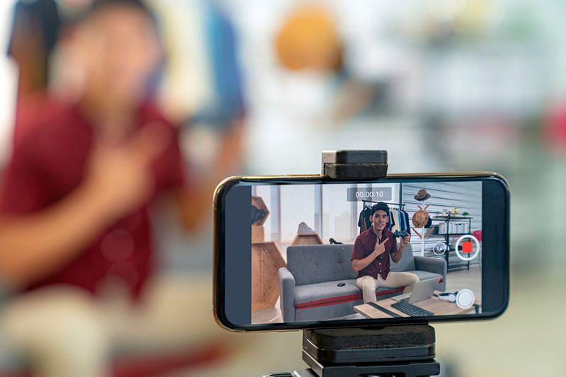 joven delante de un móvil en uno de los castings online en tiempos de COVID