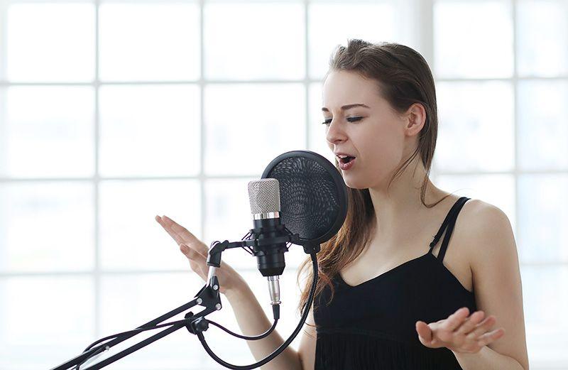 mujer joven cantando en un castings online durante covid