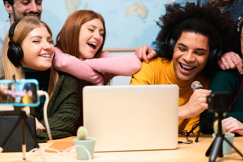 jóvenes haciendo una campaña de ugc