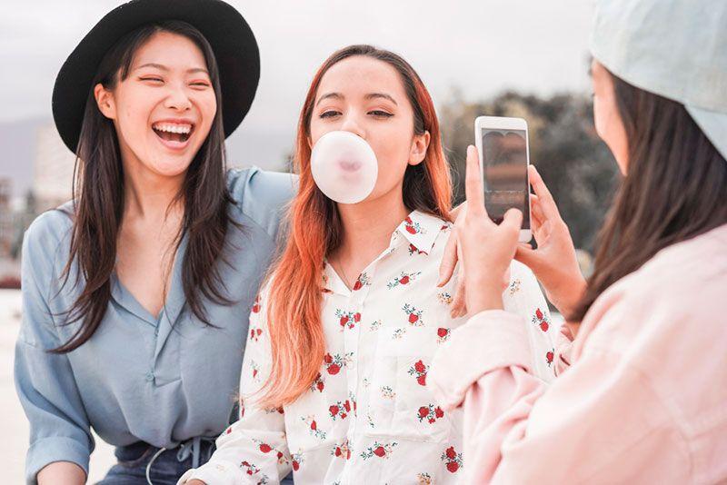 jóvenes crean contenido UGC para empresas