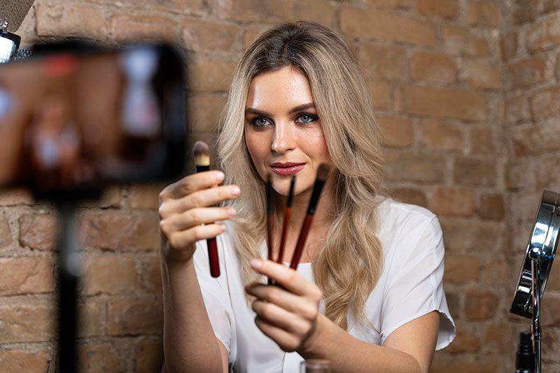 mujer joven promocionando productos de belleza a través de campañas para captar contenido UGC en pocos minutos